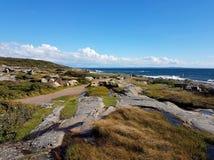 Ett typisk svenskt Westcoast landskap med klippor som ner leder till havet på Tylösand, Halmstad, Sverige Arkivfoto