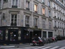 Ett tyst kaféhörn i Paris royaltyfri foto