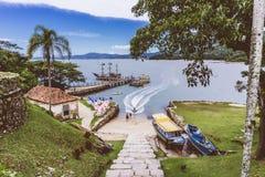 Ett tyst ställe med ett blått hav och mycket grönt royaltyfri foto