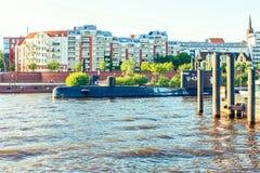 Ett ubåtmuseum som är openair i Hamburg, Tyskland, flod Elbe royaltyfria bilder