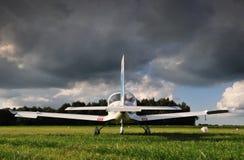 Ett ultralight flygplan parkerade på ett fält 库存图片