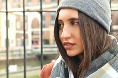 Ett ungt attraktivt kvinnasammanträde från yttersidan Royaltyfria Foton