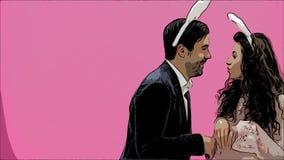 Ett ungt par av vänner visas på den rosa bakgrunden som reproducerar hoppa haren Med öronen av en rosa kanin på stock video