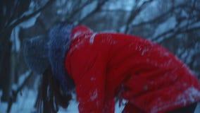 Ett ungt par går i vinter parkerar, en grabb och en flickalek i det insnöat parkera lager videofilmer