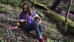 Ett ungt par går rymma händer i sagaskogen, en främre sikt Fantasi fairytailatmosfär stock video