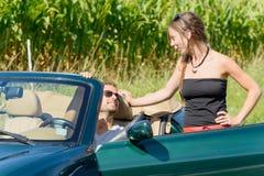 Ett ungt par med den konvertibla bilen Royaltyfri Bild