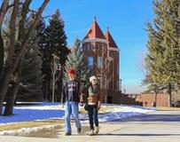 Ett ungt par på det nordliga Arizona universitetet Royaltyfria Bilder