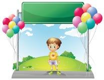 Ett ungt pojkeanseende nedanför den tomma signagen i kullen Fotografering för Bildbyråer