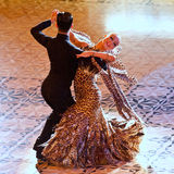 Ett unidentified danspar i en dans poserar Arkivbild