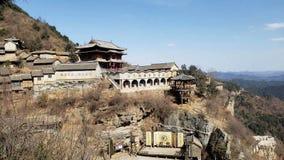 Ett unikt landskap som kombinerar överkanten av byggnaden med naturen arkivbild