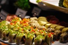 Ett uppläggningsfat av sashimien royaltyfri fotografi
