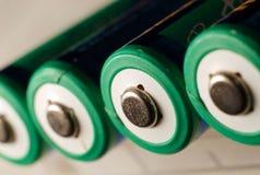 Ett uppladdningsbart batteri för aa på vit. royaltyfri bild