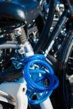Ett utmärkt färgat blått cykellås arkivfoton