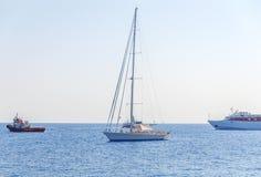 Ett utsmyckat fartyg anslöt på havet och fartyg som tre förbigår med ren himmel Fotografering för Bildbyråer