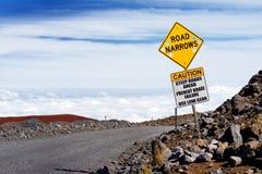 Ett vägmärke på en brant väg till toppmötet av Mauna Kea, en latent vulkan på ön av Hawaii royaltyfri bild