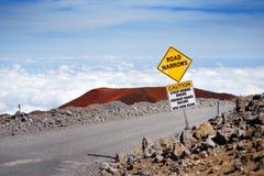 Ett vägmärke på en brant väg till toppmötet av Mauna Kea, en latent vulkan på ön av Hawaii royaltyfri fotografi