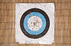 Ett väl använt bågskyttepappersmål med massor av hål fotografering för bildbyråer
