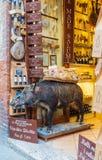 Ett välfyllt svin i en italiensk matvaruaffär royaltyfri bild
