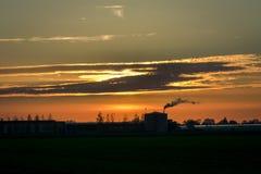Ett växthus i Holland fyller på med bränsle under aftonhimlen arkivbild