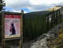 Ett varnande tecken för fotvandrare som fotvandrar i de steniga bergen i Jasper National Park för att vara medvetent av grisslybj arkivfoto