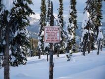 Ett varningstecken för skidåkare, innan att skriva in Backcountryen Royaltyfri Fotografi