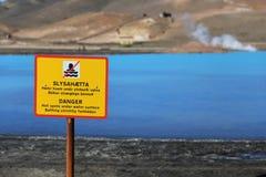 Ett varningstecken nära vattnet av Bjarnarflag den geotermiska kraftverket Royaltyfri Bild