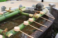 Ett vatten väl med böner på bambu på den Hesedera templet Arkivfoto