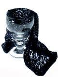 Ett vinexponeringsglas med ett stycke av silkespappret eleganta linjer 1 livstid fortfarande royaltyfri bild