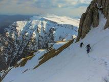 Ett vinterlandskap av en spektakulär slinga i Bucagi berg, Rumänien Arkivbild