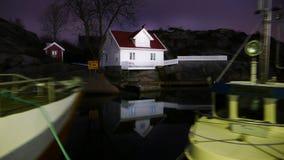 Ett vitt hus i natten Royaltyfri Bild