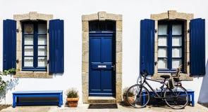 Ett vitt hus med blåttramen Arkivfoton