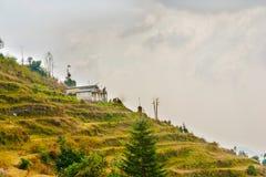 Ett vitt kulört hus på en bergstopp royaltyfria bilder