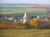Ett vitt kyrkligt torn i Lutzmannsburg arkivfoton