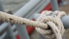 Ett vitt rep knöt runt om stången med en selektiv fokus Royaltyfri Foto