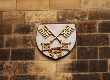 Ett Vysehrad kapitel som liten sköld på väggstenen i prague för republiktown för cesky tjeckisk krumlov medeltida gammal sikt royaltyfria foton