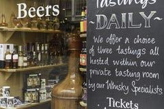 Ett wisky shoppar i en gata av Edinburg i city arkivbilder