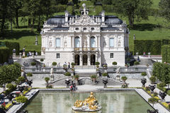 Ettal,德国, 2015年7月23日:城堡Linderhof在巴法力亚阿尔卑斯 免版税图库摄影