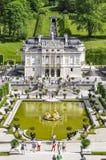 ETTAL-ABBOTSKLOSTER, TYSKLAND - AUGUSTI 12, 2018: Linderhof slott i sommartysk: Schloss Linderhof är en Schloss i Tyskland, in royaltyfria foton