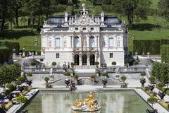Ettal, Alemania, el 23 de julio de 2015: Castillo Linderhof en las montañas bávaras Fotografía de archivo libre de regalías