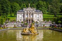 Ettal Tyskland, 14 Augusti 2017: Härliga konungars slott i Linderhof, Bayern, Tyskland fotografering för bildbyråer