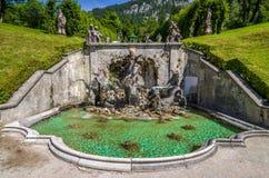 Ettal Tyskland, 14 Augusti 2017: Kaskaden med Neptunspringbrunnen i Linderhof parkerar, Bayern, Tyskland royaltyfri fotografi