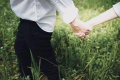 Ettbröllop av parinnehavhänder, förälskelsebegrepp arkivbild