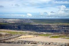 ettles和工业领域包围的金刚石开放矿 免版税库存照片