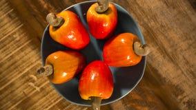 Etwas Acajoubaumfrucht über einer Holzoberfläche Lizenzfreies Stockfoto