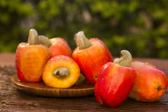 Etwas Acajoubaumfrucht über einer Holzoberfläche Lizenzfreies Stockbild