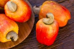 Etwas Acajoubaumfrucht über einer Holzoberfläche Lizenzfreie Stockfotos