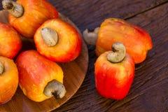 Etwas Acajoubaumfrucht über einer Holzoberfläche Lizenzfreie Stockbilder