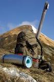 Etwas benutzter touristischer Rucksack in den Bergen Stockbilder