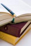 Etwas Buch und Gläser Stockbild