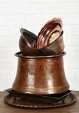 Etwas Copperware auf Tabelle Lizenzfreies Stockbild